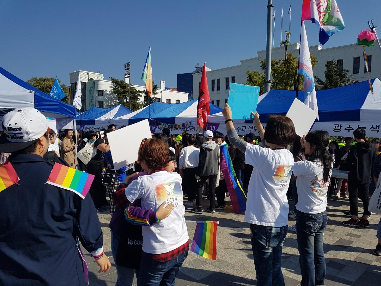 '제1회 광주퀴어문화축제' 참가자들이 성소수자부모모임 회원들과 프리허그를 하고 있다. 광주광역시=김준희 기자
