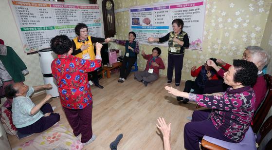 치매예방을 위한 '실버체조' 모습. 강정현 기자