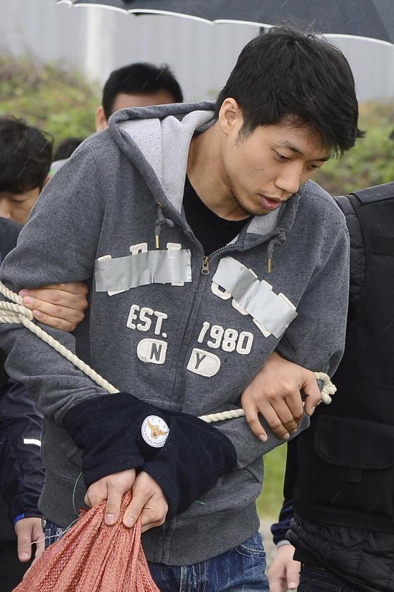 안산 대부도 토막살인 피의자 조성호(30)가 2016년 당시 경기 안산시 방어머리 선착장 인근에서 현장검증을 하고 있다. [중앙포토]