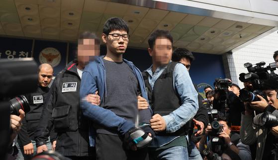 강서구의 한 PC방에서 아르바이트생을 흉기로 찔러 숨지게 한 혐의를 받는 김성수 씨가 22일 오전 서울 양천경찰서에서 공주 치료감호소로 가기 위해 경찰서를 나서고 있다. [연합뉴스]