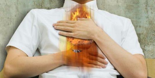 심장 통증은 소화기의 문제일 수도 있다. 역류성 식도염일 때도 심장 주변에 통증을 느낀다. 위장의 통증이 심장 주변의 통증과 밀접한 연관이 있다는 점을 유의하자. [중앙포토]