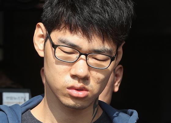 PC방 아르바이트생을 살해한 혐의로 구속된 피의자 김성수(29)가 22일 오전 정신감정을 받기 위해 서울 강서경찰서에서 국립법무병원 치료감호소로 이송되고 있다. 김성수는 지난 14일 서울 강서구의 PC방에서 서비스가 불친절하다는 이유로 아르바이트생을 흉기로 찔러 살해한 혐의를 받고 있으며 경찰은 이날 김성수의 얼굴과 성명, 나이를 공개하기로 결정했다. [뉴스1]