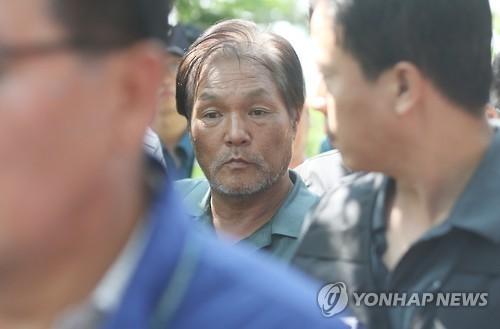 김학봉이 현장검증을 위해 2016년 6월 서울 수락산 등산로 범행 현장으로 들어서고 있다. [연합뉴스]
