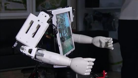 인간형 로봇을 대형 드론에 결합시킨 것이 로봇 드론맨이다. 원격조종자는 로봇의 영상통화 기능과 로봇 팔을 이용해 마치 조종자가 현장에 있는 것처럼 말하고 행동할 수 있다. [사진 로봇드론맨 영상 캡처]
