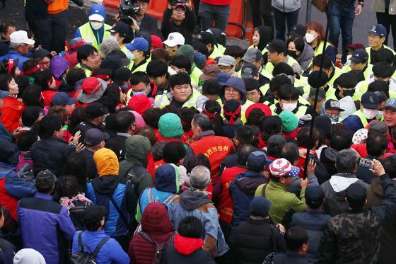 노량진수산시장 구 시장에 대한 명도 강제집행이 예정된 23일 오전 서울 영등포구 노량진수산시장 구 시장 앞에서 상인들과 수협직원, 법원 집행관과 경호 인력이 대치하고 있다. [뉴시스]