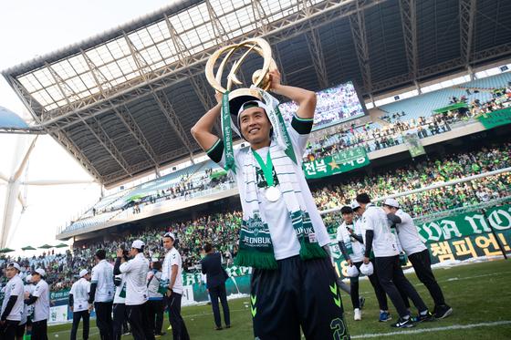 전북 이동국이 지난 20일 전주월드컵경기장에서 열린 K리그 우승시상식에서 트로피를 들어보이고 있다. [프로축구연맹]