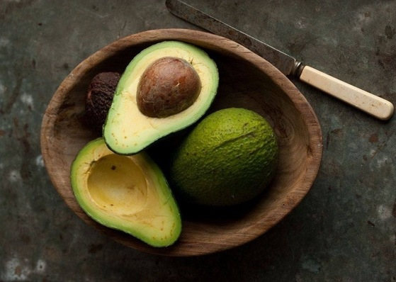 아보카도에는 페르신이라는 성분이 있는데, 이 성분이 대부분의 동물에게 치명적인 영향을 끼친다. 아보카도는 조금만 먹어도 개와 고양이에게 심한 구토와 설사를 유발한하므로 유의해야 한다. [중앙포토]