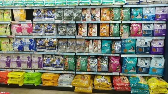 매대를 가득 채운 반려동물 전용 사료. 고양이는 고양이 사료를, 강아지는 강아지 사료를 구분해서 먹여야 한다. 송정 기자