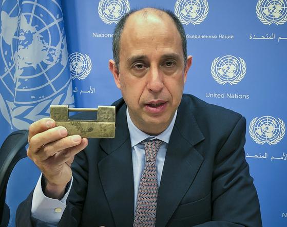 """토마스 오헤아 퀸타나 유엔 북한인권 특별보고관이 23일(현지시간) 뉴욕 유엔본부에서 탈북자가 전달한 자물쇠를 들어보이고 있다. 퀸타나는 탈북자로부터 """"당신이 자물쇠를 열수있는 키를 갖고있다""""는 말을 들었다고 전했다. [AP=연합뉴스]"""