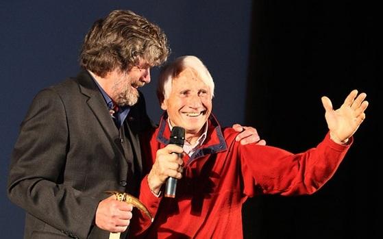 2010년 '황금 피켈상' 시상식에서 세계 첫 14좌 등정자인 라인홀트 매스너(왼쪽)에게 평생 공로상을 수여한뒤 축사를 하는 발터 보나티. [중앙포토]