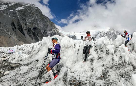 에베레스트 마라톤 대회에 참가한 산악인들이 험준한 산악 지역을 걷고 있다. [연합뉴스]