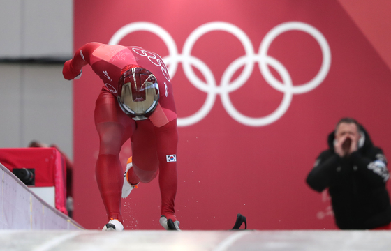 2018 평창 겨울올림픽 남자 스켈레톤에서 스타트를 하는 윤성빈. [중앙포토]