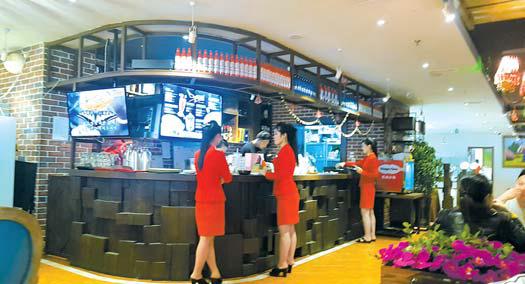 중국 단둥시에 최근 등장한 북한식당 '윙(WING) 카페'의 내부. 북한 음식과 함께 스파게티, 커피, 아이스크림 등을 판매한다. [사진 통일문화연구소]