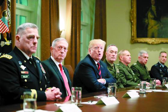 도널드 트럼프 미국 대통령이 23일(현지시간) 백악관 캐비닛룸에서 제임스 매티스 국방장관(왼쪽 둘째) 등 군 수뇌부와 회의하고 있다. [AP=연합뉴스]