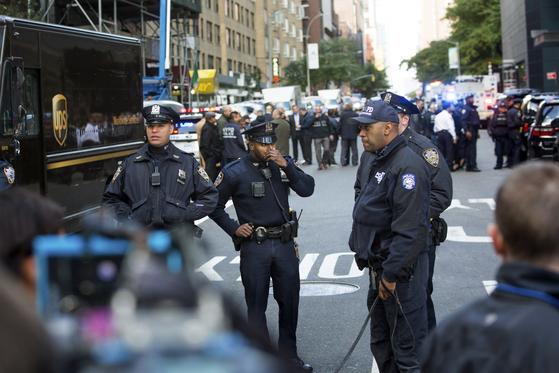 24일(현지시간) 미국 뉴욕 CNN방송국에 폭발물이 배달돼 한바탕 소동이 벌어지자 미 연방수사국(FBI) 등 수사당국이 즉각 수사에 착수해 조사하고 있다.[연합뉴스]