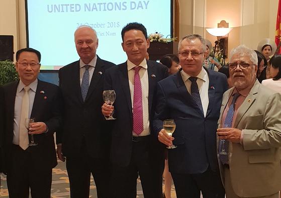 베트남서 남북한 대사, 이례적으로 비공식 사진 찍어