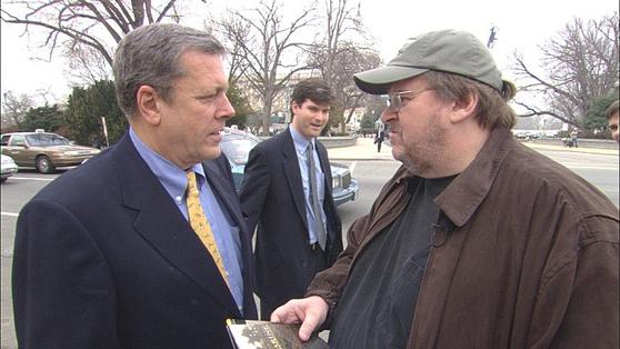 다큐멘터리 '화씨 9/11'. 마이클 무어 감독(오른쪽)이 연출했다.