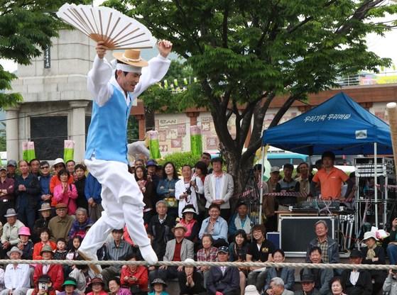 부산 중구 용두산공원에서 열린 '2012 우리가락 우리문화' 행사에 초청된 줄타기의 명인 권원태씨의 전통 줄타기 공연 모습. 권원태 씨는 줄 위에서 느끼는 고요를 자기 삶의 가장 큰 선물이라고 말했다. [중앙포토]