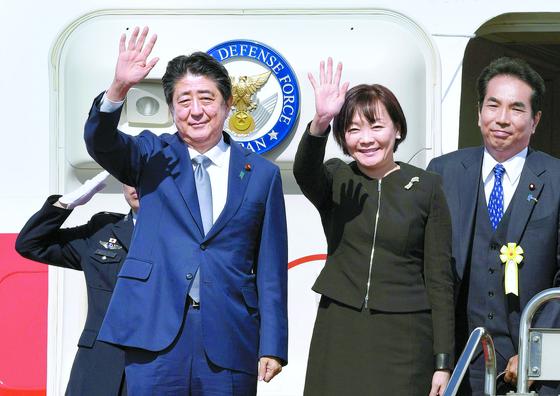 아베 신조 일본 총리 부부가 25일 도쿄 하네다 공항을 출발하며 인사하고 있다. [연합뉴스]