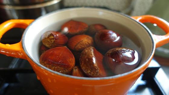 밤이 잠길 정도로 물을 넣고 끓이기 시작한다. 처음엔 센불, 물이 끓으면 중불로 20분 정도 삶는다.