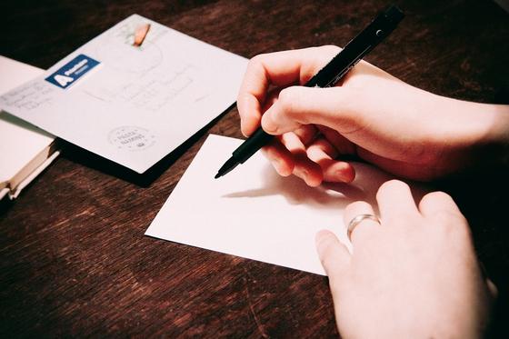 방송을 통한 상담을 계기로 남편은 아내에게 처음으로 긴 편지와 함께 진심으로 사과하고 마음을 열어달라고 말했다. 어느새 아내도 슬그머니 옆에 다시 서는 모습을 보여주었다. [사진 pixabay]