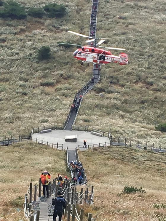 결코 반갑지 않은 119 구조 헬기. 산에서는 무리와 방심은 금물이다. [사진 하만윤]