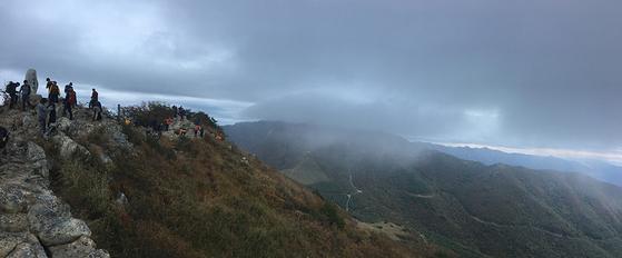 간월산 정상에서 바라본 신불산. 산에서 피어오른 아침안개가 구름에 가닿았다. [사진 하만윤]