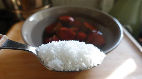 밤을 한번 씻은 뒤 깨끗한 물에 굵은 소금 한스푼을 넣고 30분~1시간 가량 담가 놓는다.