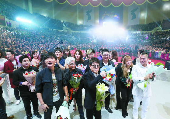 지난 4월 3일 평양 류경정주영체육관에서 열린 '북남 예술인들의 공연무대 우리는 하나'에서 남북 예술단이 공연을 마친 뒤 아쉬워하고 있다. [평양공연 사진공동취재단]