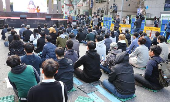 27일 서울 대학로 마로니에 공원 앞에서 시민들이 성범죄 유죄추정 규탄 시위를 하고 있다. [연합뉴스]