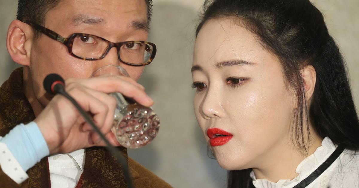 팝 아티스트 낸시랭(오른쪽)과 남편 왕진진(전준주)이 지난해 12월 30일 오후 서울 강남구 역삼동 삼정호텔에서 열린 기자회견에서 얘기를 나누고 있다. [연합뉴스]