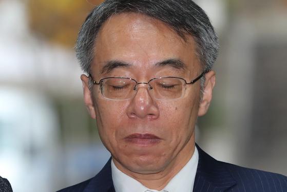 사법행정권 남용 의혹 중심에 있는 임종헌 전 법원행정처 차장이 26일 영장실질심사를 받기 위해 서울중앙지법에 들어서고 있다. [뉴스1]