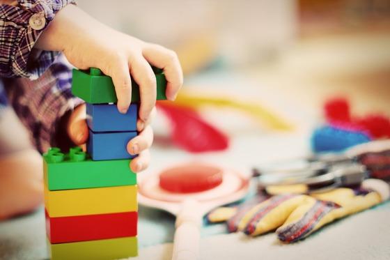 유치원 비리문제가 사립뿐 아니라 공립으로 확대되면서 학부모 사이에서 유치원 공포증이 확산하고 있다. 한 어린이가 유치원에서 퍼즐 맞추기를 하고 있다. [사진 픽사베이]