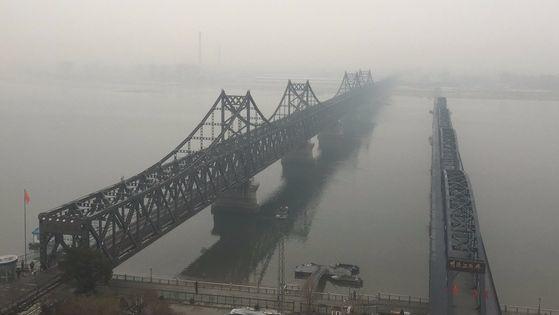 북한과 중국을 잇는 압록강 철교. [중앙포토]