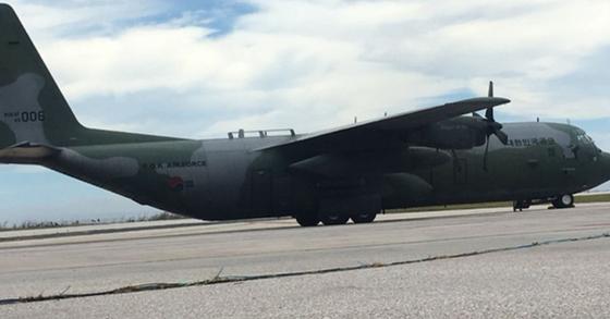 슈퍼 태풍 '위투'로 사이판에 발이 묶인 한국 관광객을 태울 대한민국 공군의 C-130 허큘리스 수송기가 27일 사이판 국제공항에 도착했다. [연합뉴스]