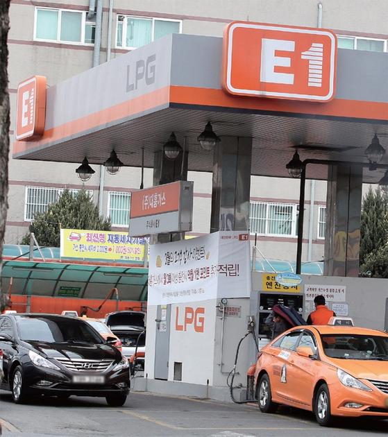 정부는 미세먼지 저감 대책의 일환으로 LPG차에 대한 사용제한 규제 완화를 검토하고 있다. 사진은 LPG 충전소.