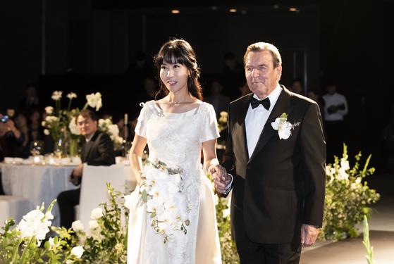 게르하르트 슈뢰더 전 독일 총리와 부인 김소연 씨가 28일 서울 그랜드 하얏트호텔에서 결혼 축하연을 위해 손을 잡고 입장하고 있다. 권혁재 사진전문기자