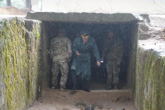 지난 26일 JSA에서 북측 초소의 비무장화를 검증하는 남측 군 관계자들 모습. [국방부 제공]