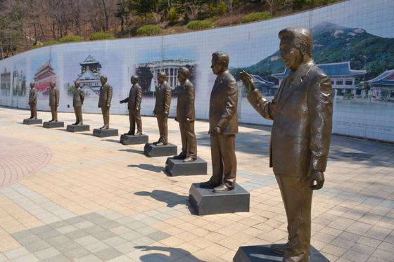 청남대 대통령 광장에 조성된 실물 크기의 역대 대통령 동상. [중앙포토]