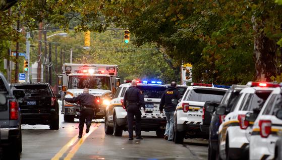 27일(현지시간) 오전 9시 30분 미국 펜실베니아 주(州) 피츠버그 스쿼럴 힐에 있는 유대교 예배당에서 총기 난사 사건이 발생해 최소 11명이 숨지고 6명이 중상을 입었다. [AFP=연합뉴스]