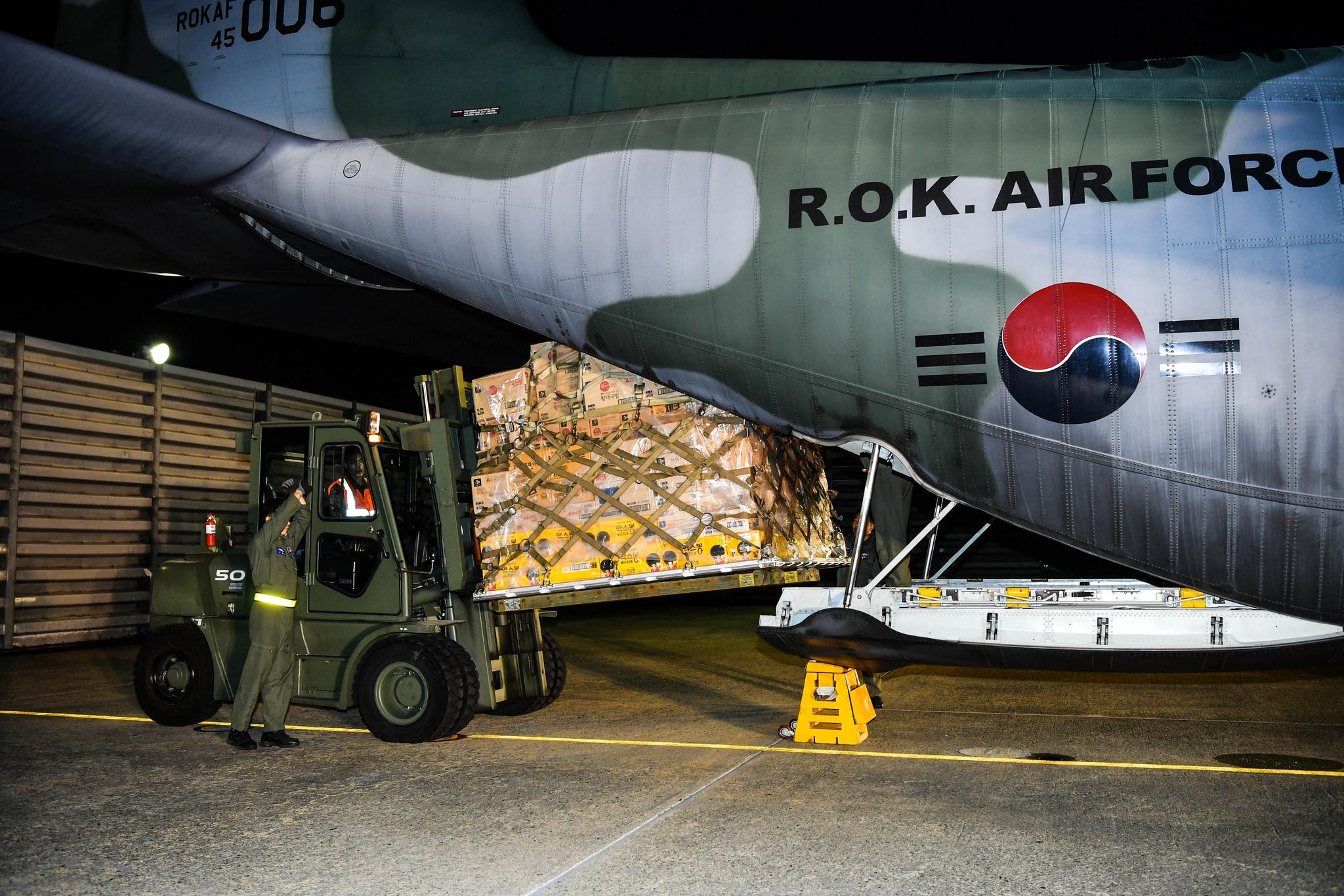 태풍 '위투'로 사이판에 고립된 한국민 이송을 지원하기 위해 정부가 파견한 공군 제5공중기동비행단 소속 C-130H가 27일 오전 3시 20분 경 김해기지를 출발했다. 이륙 전 구호물품을 수송기에 싣고 있는 모습. [사진 공군]