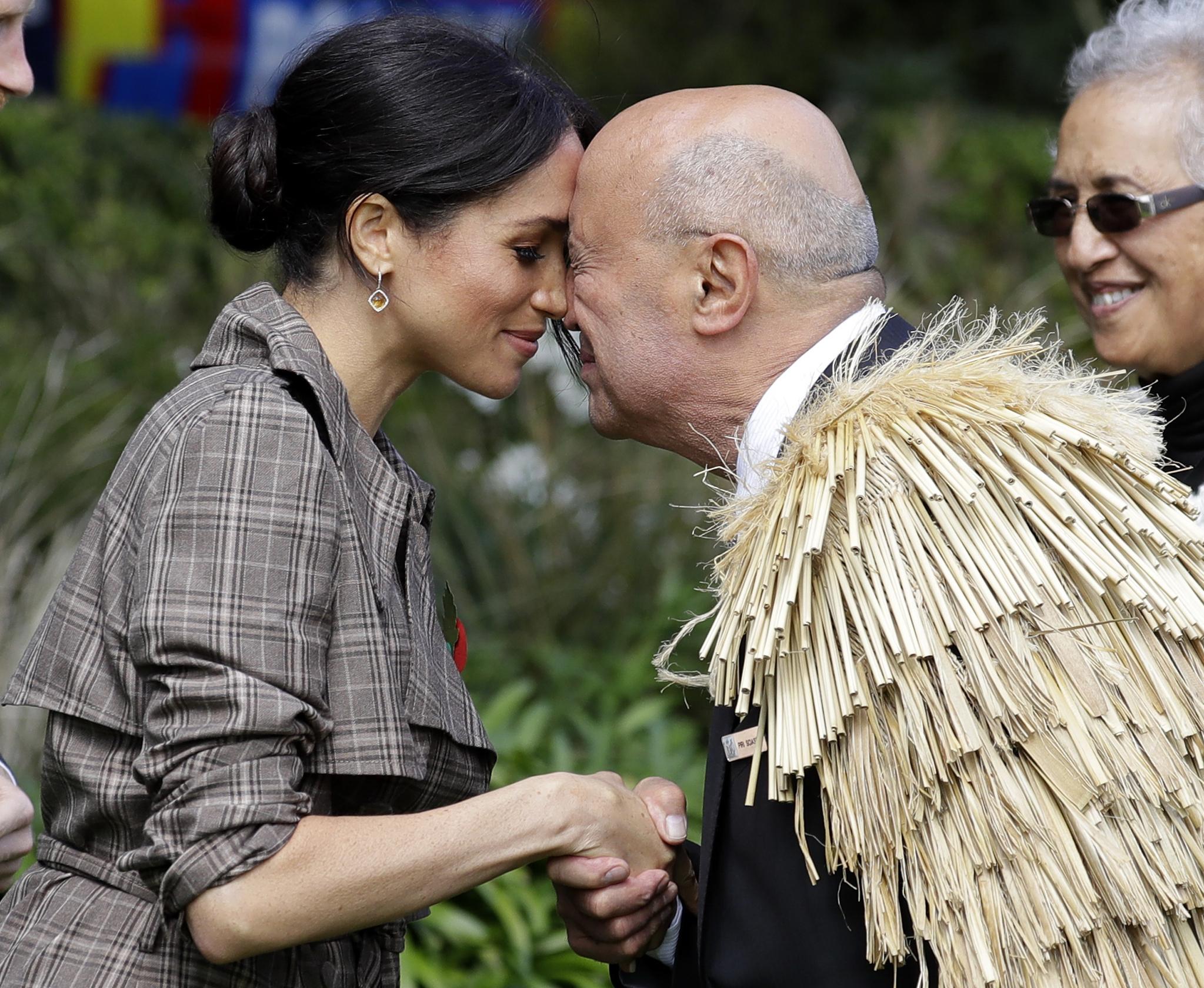 메간 왕자비가 28일 뉴질랜드 웰링턴의 정부청사 잔디 마당에서 마오리족의 전통 인사법인 '홍이' 인사를 하고 있다. [AP=연합뉴스]