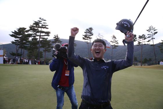28일 열린 KPGA 코리안투어 최경주 인비테이셔널에서 우승을 확정짓고 기뻐하는 박성국. [사진 KPGA]