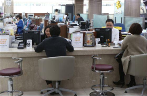 황영석(57) 씨는 고등학교 졸업 후 은행에서 직장생활을 시작해 작년에 희망퇴직을 하고 은행을 나왔다. 아내가 알뜰히 살림을 해 재무적으로는 안정된 상태라 하고 싶던 일을 하나 둘씩 해보기로 했다(내용과 연관없는 사진). [중앙포토]