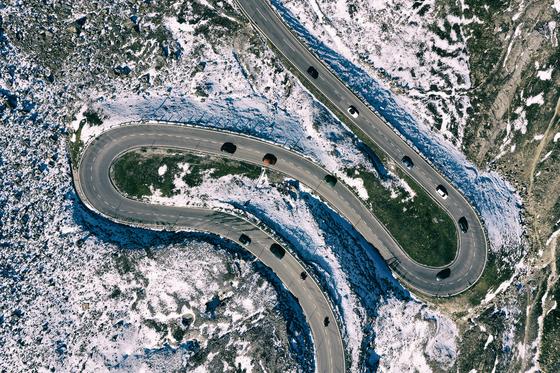 조성준 드론 사진전, '오스트리아 알프스 드론 탐험'이 30일부터 다음 달 20일까지 DJI 코리아 플래그십 스토어 2층 디지털 갤러리에서 열린다. 사진은 그로스글로크너 하이 알파인 로드(Grossglockner High Alpine Road, SalzburgerLand) [사진 조성준]