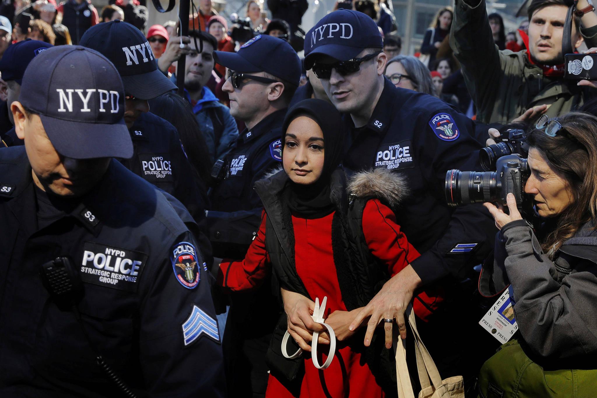3월 8일. 뉴욕 경찰이 세계 여성의 날을 맞아 '여성 없는 날' 행진에 참여한 한 여성을 체포하고 있다. [REUTERS=연합뉴스/Lucas Jackson]