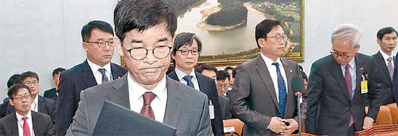 김낙순 한국마사회장이 지난 19일 국회 국정감사에서 증인선서를 한 뒤 이동하고 있다. [뉴시스]