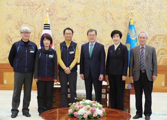 지난 1월 문재인 대통령이 청와대에서 김명환(왼쪽 셋째)워원장 등 민노총 지도부를 만났다. [사진 청와대]