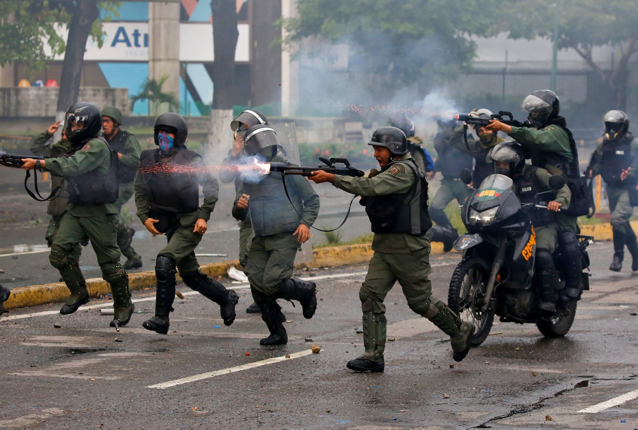 7월 28일. 베네수엘라 시위대에 발포하는 진압군. [REUTERS=연합뉴스/Carlos Garcia Rawlins]