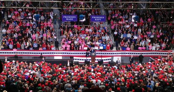 소포폭탄 테러 용의자가 체포된 날인 26일 도널드 트럼프 미국 대통령의 노스캐롤라이나주 샬럿 유세에 최근 들어 최대 인파인 9000명이 모였다.[이광조 JTBC 카메라 기자]